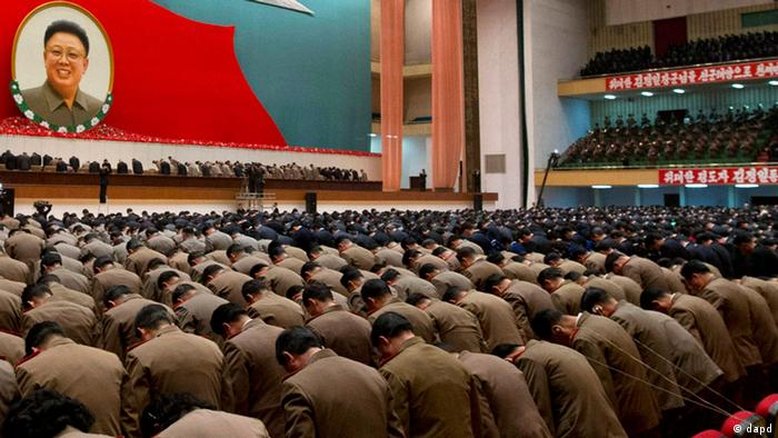 North Korean military officers bow in front of an image of late North Korean leader Kim Jong Il during a national meeting of top party and military officials on the eve of Kim's first death anniversary in Pyongyang, North Korea, Sunday, Dec. 16, 2012. (Foto:Ng Han Guan/AP/dapd)
