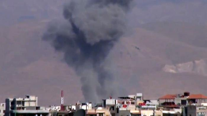 This image taken from video obtained from the Shaam News Network, which has been authenticated based on its contents and other AP reporting, shows heavy shelling by warplanes in the Eastern Ghouta area near Damascus, Syria, Monday Dec. 10, 2012. (Foto:Shaam News Network via AP video/AP/dapd)