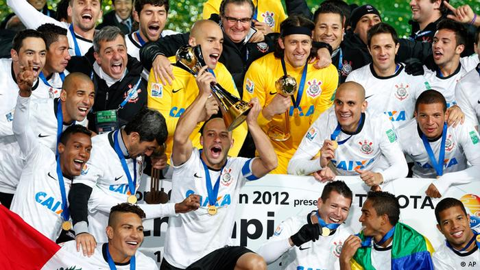 Corinthians captain Alessandro, center, holds up the trophy as he celebrates with teammates during an award ceremony after beating Chelsea FC 1-0 in their final match to win the FIFA Club World Cup soccer tournament in Yokohama, near Tokyo, Sunday, Dec. 16, 2012. (Foto:Shizuo Kambayashi/AP/dapd).