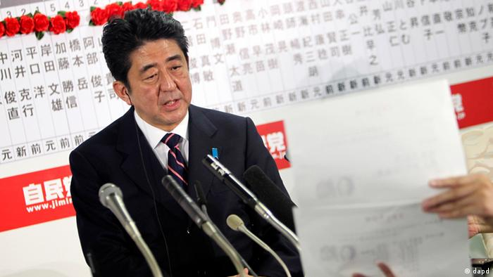 Japan's main opposition Liberal Democratic Party leader Shinzo Abe answers a reporter's question at the party headquarters in Tokyo, Sunday night, Dec. 16, 2012. (Foto:Junji Kurokawa/AP/dapd)