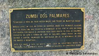 Placa em homenagem a Zumbi dos Palmares, líder do quilombo dos Palmares, onde viviam escravos fugidos no séc. XVII