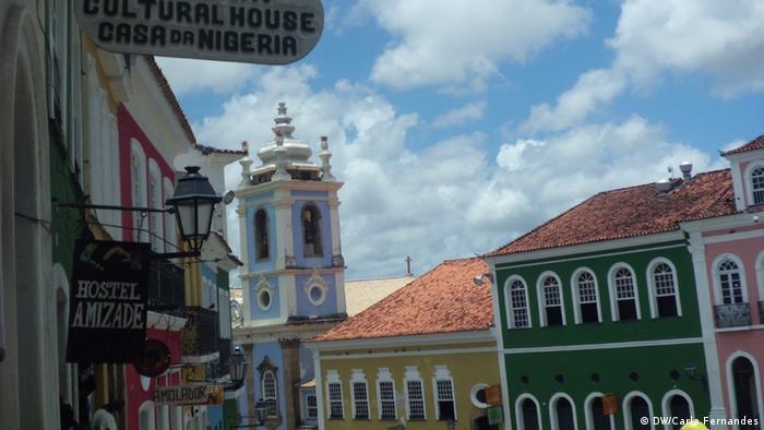 Placa da Casa da Nigéria com a Igreja de Nossa Senhora do Rosário dos Pretos (edíficio azul)