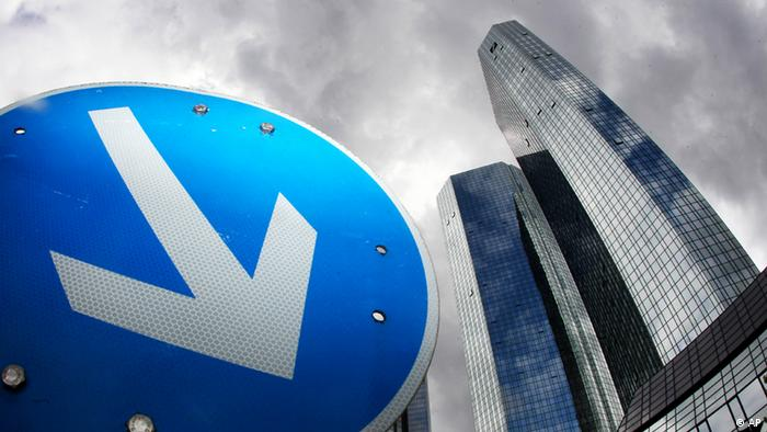 The headquarters of Deutsche Bank is seen next to a traffic sign (Foto:Michael Probst/AP/dapd).