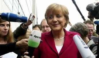 Die CDU Vorsitzende Angela Merkel spricht mit Journalisten auf dem Weg zu den Gremiensitzungen der Partei am Montag, 23. Mai 2005