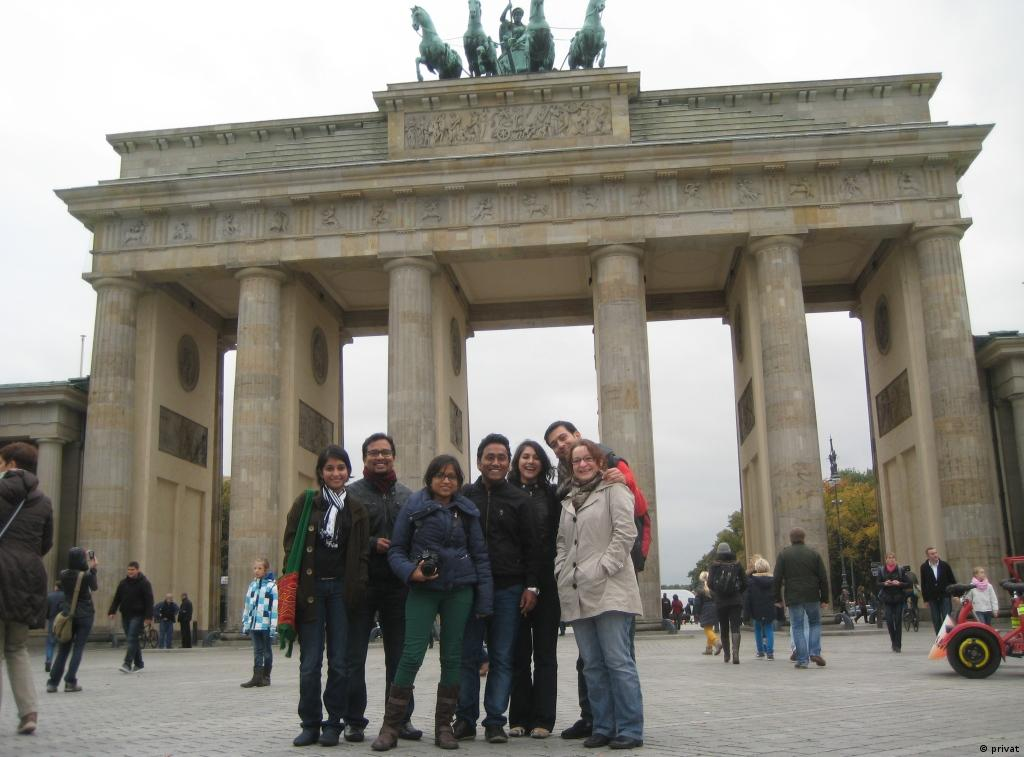 Das Grow.Green.India-Team vor dem Brandenburger Tor in Berlin.