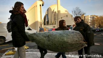 A family carrying a Christmas tree in Cologne