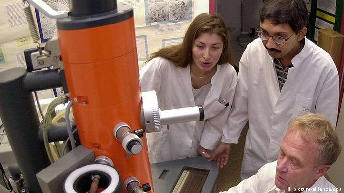 Drei Wissenschaftler in einem Labor in Magdeburg. (Foto: picture-alliance/dpa)