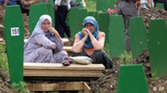 Bosnische Muslime trauern an einem Massengrab in der Nähe von Srebrenica 10. Jahrestag Massaker von Srebrenica