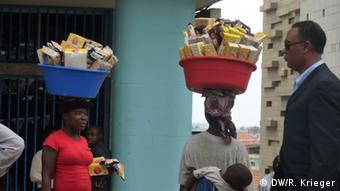 Vendedoras de rua em Luanda. Cerca de 40% da população angolana vive abaixo da linha da pobreza