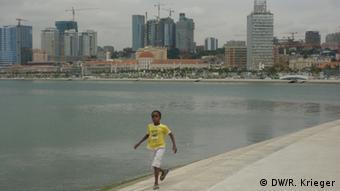 Angola é país de contrastes. Próximo de bairros de lata há também urbanizações luxuosas