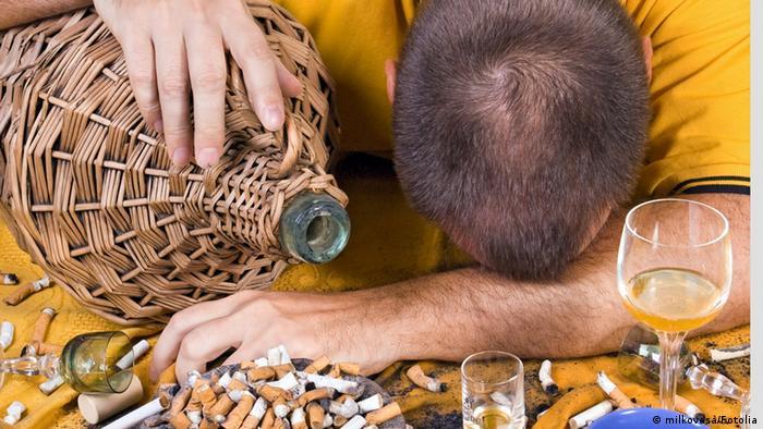 Betrunkener schläft auf dem Tisch (milkovasa/Fotolia)