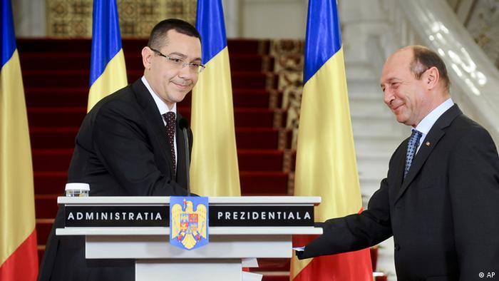 Opposition leader Victor Ponta, left, shakes hands with Romanian President Traian Basescu, right, in Bucharest, Romania, Friday, April 27, 2012. Basescu designated Ponta as the country's new premier after he Romanian government fell on earlier in the day following a no confidence vote.(Foto:Octav Ganea/AP/dapd) ROMANIA OUT.
