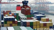 ARCHIV - Das größte Containerschiff der Welt, die «CMA CGM Marco Polo» wird am 13.12.2012 in Hamburg auf dem Containerterminal Burchardkai der Hamburger Hafen und Logistik AG (HHLA) Be- und Entladen. Das Winterhalbjahr wird ungemütlich für die deutsche Wirtschaft: Aus Sicht der Bundesbank wird sie schrumpfen. Foto: Angelika Warmuth/dpa (zu dpa 0236 vom 17.12.2012)