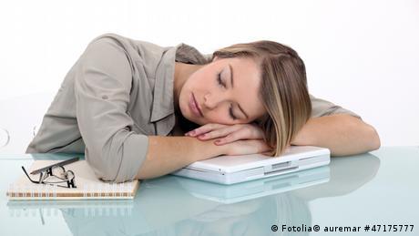 schlafende Geschäftsfrau