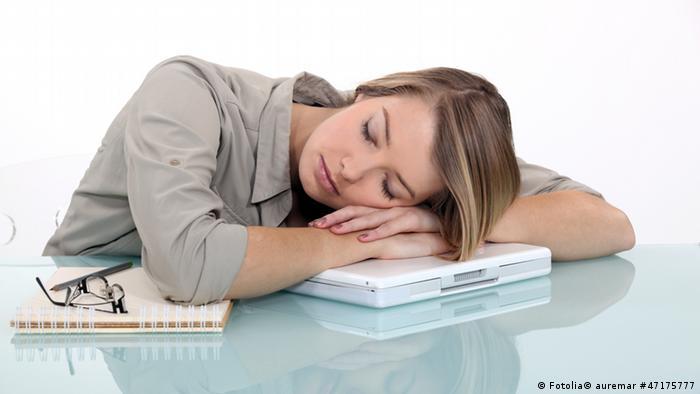 Frau schläft auf Laptop (Foto: Fotolia)