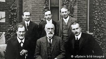 Sigmund Freud, Abraham Brill, C.G. Jung, Stanley Hall, Ernest Jones und Sándor Ferenczi an der Clark University. taken in 1909 (Photo: ullstein bild-Imagno)