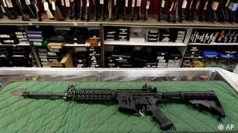 An AR-15 style rifle is displayed at the Firing-Line indoor range and gun shop, Thursday, July 26, 2012 in Aurora, Colo. The Friday, July 20, 2012 massacre inside a crowded Colorado movie theater has prompted a sudden increase in gun sales and firearms training. Police said suspect James Holmes donned body armor and was armed with an AR-15 rifle, a shotgun and handguns during the attack. (Foto:Alex Brandon/AP/dapd).