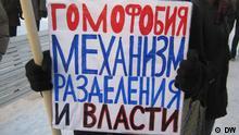 Bilder, die unser Korrespondent Wladimir Izotov in St. Petersburg am 12. Dez bei der Protestaktion der Opposition gemacht hat. Copyright DW. Auf den Fotos ist ein Teilnehmer der Aktion zu sehen, der gegen Homophobie protestiert. Schlüsselwörter: Russland, St. Petersburg, Protestaktion, Homophobie, Wladimir Izotov Zulieferer: Vladimir Dorokhov