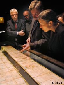 den Codex<br /><br /> Dresdensis. Sie sind mir von der Sächsischen Staats- und<br /><br /> Universitätsbibliothek (SLUB) für diesen Text für die Deutsche Welle zur<br /><br /> Verfügung gestellt worden. Die Fotorechte liegen bei der SLUB.<br /><br /> 3. Professor Nikolai Grube (Mitte) erklärt Besuchern der Schatzkammer<br /><br /> den Maya-Kalender, Thomas Bürger (l.)<br /><br /> Zugeliefert von Claudia Euen.