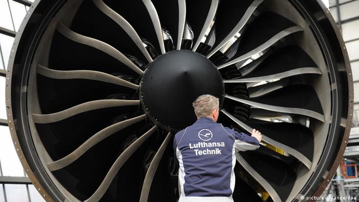 Авиатехник Lufthansa у двигателя Boeing 747-8