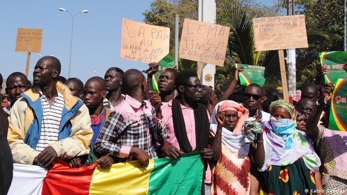 Mehrere Menschen aus Mali demonstrieren in der Hauptstadt Bamako für die Einheit ihres Landes. Fotograf: Katrin Gänsler