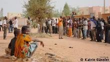 Titel: DW_Mali5 Schlagworte: Mali, Milizen, Befreiungskräfte für den Norden (FLN), Militär Fotograf: Katrin Gänsler Aufnahmedatum: 15. Dezember 2012 Aufnahmeort: Sévaré, Mali Bildbeschreibung: FLN-Anhänger üben das Aufmarschieren. Dem Training kann jeder zuschauen