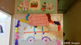 The entrance to Mohammed's classroom with a wall decorated by a car made out of cardboard (Photo: DW/DW/Maria Nagger)