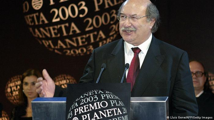 BARCELONA, SPAIN: Chilean writer Antonio Skarmeta, speaks in Barcelona after winning Spain's Literatura Planeta Award with his book 'El baile de la victoria' (dance of victory) 15 October 2003. The award is 601.000 euros for the winner, the most valuable prize for literature in Spain. (Photo credit should read LLUIS GENE/AFP/Getty Images)