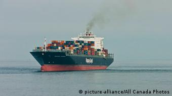 A freight ship on the high seas (Foto: picture-alliance)