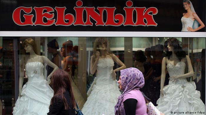 Безкрайна поредица от магазини за булчински рокли в Дуисбург-Марксло