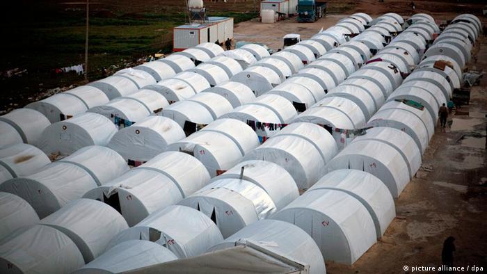 Makeshift tents for Syrians on the Turkish border (EPA/MAYSUN/dpa)