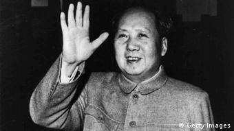 Mao Zedong mit zum Gruß erhobener Hand (Photo by Hulton Archive/Getty Images)