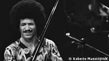 Keith Jarrett In Konzert, ECM Records (Edition of Contemporary Music), Ausstellung im Haus der Kunst, München. Das Label ECM (Edition of Contemporary Music) wurde 1969 von Manfred Eicher in München gegründet, um improvisierte und Avantgarde-Musik einzuspielen, zu produzieren und zu veröffentlichen. Als eines der ersten von Musikern geführten Plattenlabels in Europa achtete ECM auf Werktreue statt auf kommerzielle Trends und setzte mit seinen kristallklaren Aufnahmen neue Maßstäbe, was Detailtreue, Transparenz und Tiefe von Plattenproduktion angeht. Copyright: Roberto Masotti/HdK
