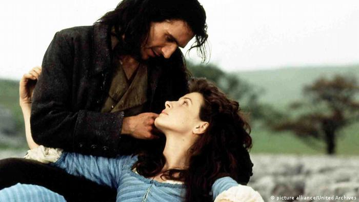 Film still of Wuthering Heights with Juliette Binoche, Ralph Fiennes (picture alliance/United Archives)