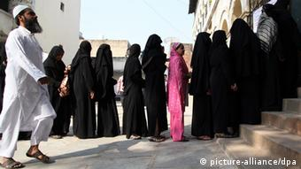 Indian Muslim women queue up to cast their respective votes for the second phase of the Gujarat state assembly elections, at the polling centre in Ahmedabad, India, 17 December 2012. (Photo: EPA/DIVYAKANT SOLANKI)