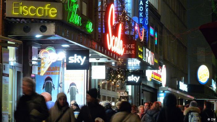 Bild der Kölner Ringe mit ihren Leuchtreklamen bei Nacht