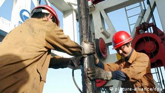 Arbeiter auf einer Bohrplattform im Lunnan Ölfeld im Tarim Bassin in der autonomen chinesischen Provinz Xinjiang Uygur, aufgenommen am 16.9.2003.