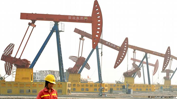New oil derricks operate in the Nabao oil field in Tangshan, Hebei province northeast China 17 October 2008. In May 2007 China announced that reserves surpassing 1,000,000,000 tons had been confirmed in this field and 40 billion yuan (4 billion euros) were earmarked to exploit it by the China Petroleum Corporation. EPA/MARK +++(c) dpa - Bildfunk+++