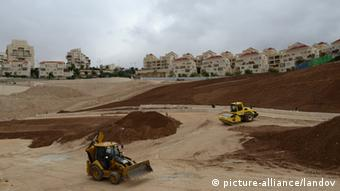 Image #: 20387971 Heavy equipment clears land in the Israeli settlement of Ma'ale Adumim in the West Bank, east of Jerusalem, December 5, 2012. Israeli Prime Minister Benjamin Netanyahu says he will build 3,400 houses in the West Bank, including the E-1 corridor, between Jerusalem and Ma'ale Adumim. The move has sparked unprecedented diplomatic tensions between Israel and European States. Israel says the move is in response to the United Nations decision to upgrade the Palestinians' status to a non-member state. UPI/Debbie Hill /LANDOV Keine Weitergabe an Drittverwerter.
