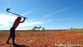 A worker in a Brazilian field wields a hoe (c) Fernando Bizerra Jr. dpa