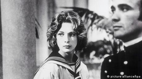 Film still Death in Venice: a man and a teenage boy in a navy suit (picture-alliance/kpa)