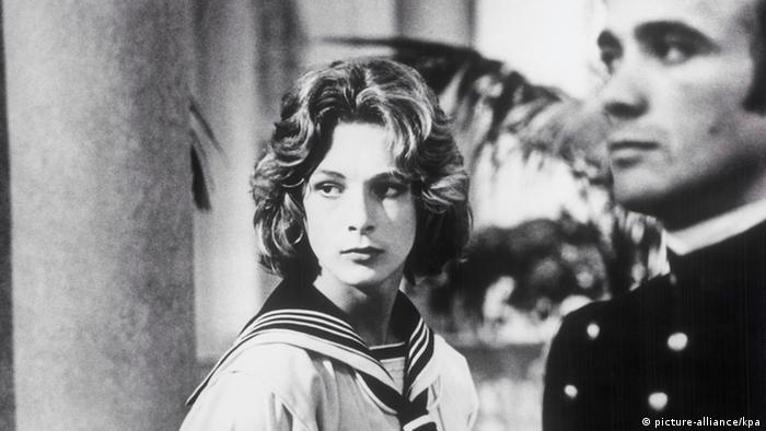 Luchino Visconti filmó la novela del mismo nombre de Thomas Mann. El protagonista, Gustav von Aschenbach, un escritor de 50 años, sufre el amor platónico por un joven que trabaja en el hotel en el que se aloja.