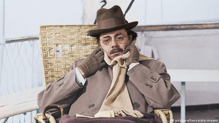 Film scene from Death in Venice, Dirk Bogarde in chair, with hat and scarf (picture-alliance/akg-images)