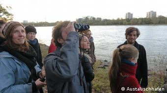 People participating in another 'Exchange Harbor' event about the topic 'birds' out bird-watching at the Rhine River in Cologne Copyright: Austauschhafen
