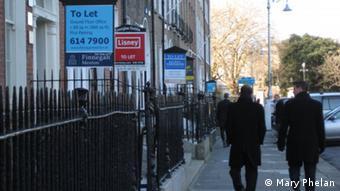Straße in Dublin mit Immobilienschildern vor den Häusern (Foto: Mary Phelan) Zulieferer: Dr. Irene Quaile-Kersken