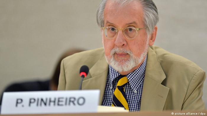 ARCHIV - Der brasilianische Diplomat Paulo Pinheiro stellt am 27.06.2012 in Brüssel einen UN-Bericht zu Syrien vor. Am 20.12.2012 stellte Pinheiro einen weiteren Syrien-Bericht vor, in dem festgestellt wird, dass in Syrien immer mehr religiöse und ethnische Gruppen immer erbitterter gegeneinander kämpfen. EPA/MARTIAL TREZZINI (Zu dpa 0867 vom 20.12.2012) +++(c) dpa - Bildfunk+++<br />