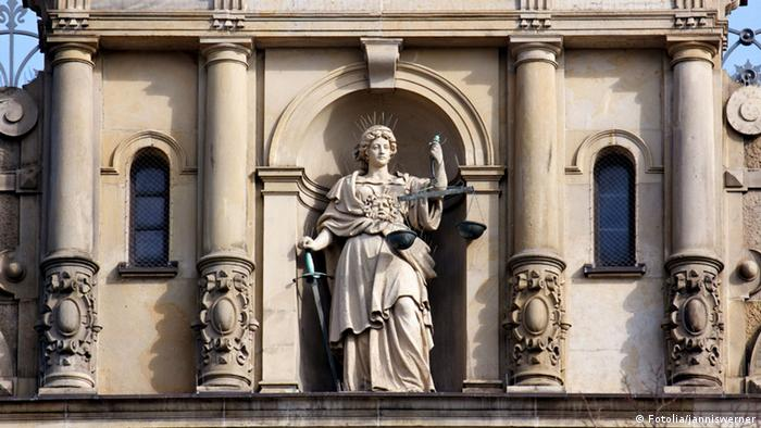 Justitia mit Schwert und Waage