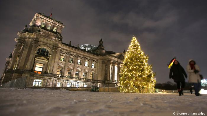 Christmas tree lit up at night outside the Reichstag building in Berlin Copyright: Wolfgang Kumm/dpa