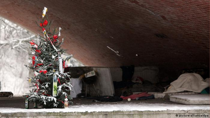 A Christmas tree next to a makeshift cot Photo: Malte Christians dpa/lno