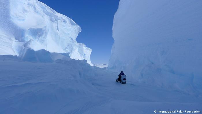 Schneemobil zwischen Eiswänden, Antarktis. Foto: International Polar Foundation